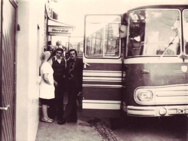 Urlauber am Bus vorm Gasthaus